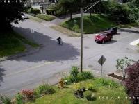 Rowerzysta zjeżdżający ze wzgórza ignoruje znak stopu