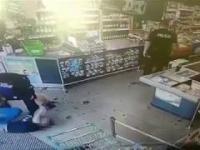 Policjanci obezwładniają sklepowego złodzieja na Czarnowie