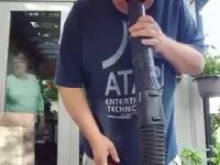 Dziadek przyłapany przez żoę na łykaniu powietrza z dmuchawy