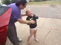 Policjant ratuje dziecko, które zadławiło się monetą