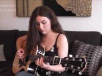 Gabriella Quevedo gra na gitarze klasyk Pink Floyd