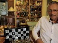 Człowiek, który trzyma życie w szachu