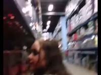 Nastolatka odkręca napój z półki sklepowej, pije i zostawia