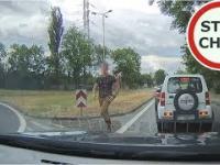 Kierowca Opla blokuje drogę i atakuje nagrywającego - próba pobicia