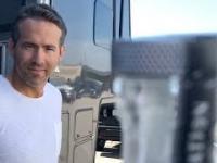 Ryan Reynolds bierze udział w Bottle Cap Challenge