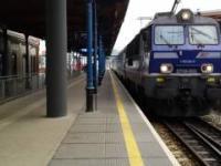 Nieostrożny facet próbuje wejść na tory wprost pod ruszający pociąg