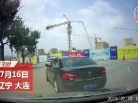 Chiny: Dźwig łamie się i przewraca na ulicę