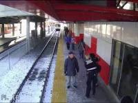 Kobieta z premedytacją popycha starszą panią na tory kiedy nadjeżdża pociąg