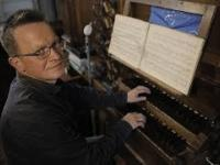Człowiek, który gra na najstarszych organach w Polsce