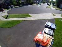 Dzieciak kryje się przed policją w śmietniku