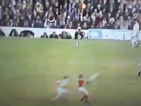 Jest taki sport jak gaelic football, gdzie takie coś to nie przewinienie