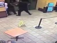 Gangsta wbija do Dunkin Donuts pełnego policji trzymając broń w luźnych gaciach