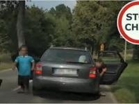 Małolaty w obstawie karła atakują kierowce