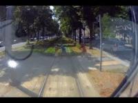 Tramwaj, przejście dla pieszych i smarfon