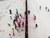 Huśtawki w murze na granicy USA i Meksyku