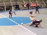 Niekontrolowana piłka podczas kobiecego meczu