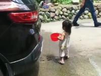 Mała córka pomaga tacie przy myciu auta