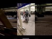 Policja w Hongkongu powala kobietę na ziemię