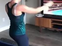 Kobieta prezentuje swoje techniki walki w wirtualnym boksie.