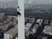 Dziewczyna w miniówie wspina się na wysoką wieżę