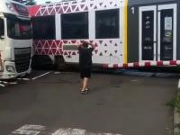 Polski kierowca TIRa na przejeździe kolejowym