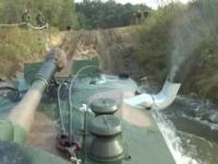 """Przeprawa wodna haubicy 2S1 """"Goździk"""" - warunek pływalności zachowany"""