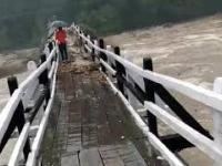 Wezbrana rzeka Pabbar w indyjskim stanie Himachal Pradesh