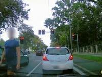 Zakręcona babcia na skrzyżowaniu.