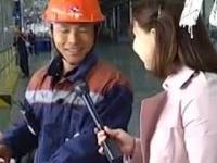 Chińczyk pytany jak mu się pracuje odpowiada w dwóch językach
