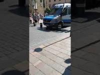 Policja wjeżdża w bariery na Stolarskiej w Krakowie