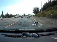 Motocykliści ocierają się o samochód