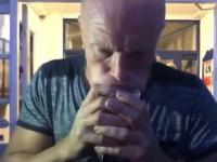 Duńczyk z swoim talentem pije piwo