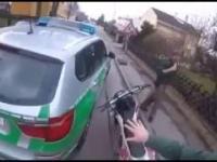 Niemiecki policjant w trakcie pościgu za motocyklistą robi to...