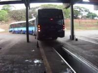 Cofanie dwu-przegubowym autobusem na kanał