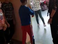 Przytulenie z nauczycielką na początek lekcji w Łęknicy