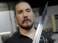 Człowiek, który wykuwa miecze współczesnym rycerzom