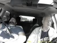 Staruszek zasypia za kierownicą...