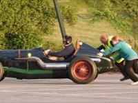 Zawody zabytkowych wózków na parkingu w Anglii