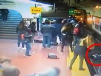 Facet mdleje na przystanku i wpycha dziewczynę na tory
