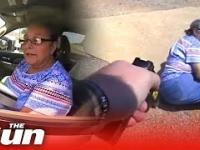 Starsza kobieta sprzeciwia się zapłaceniu mandatu i odjeżdża policjantowi