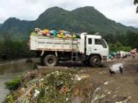 Plastikowe śmieci wyrzucane do rzeki Amazonki