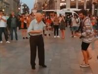 Dziadek prezentuje przechodniom, jak trzeba żyć