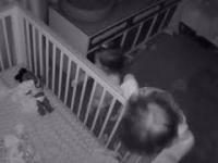 Brat pomaga siostrze wyjść z łóżeczka