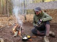 Gotowanie w terenie i mroźna noc w lesie