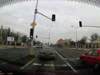 Nieodpowiedzialny rowerzysta wpada na samochód