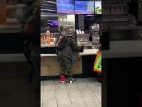 Niecierpliwy klient w McDonald's atakuje kasy