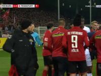 Kapitan Eintrachtu Frankfurt taranuje trenera przeciwnej drużyny podczas meczu