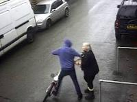 Złodziej kradnie z sklepu rower starszej kobiecie