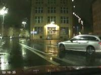 Kobieta troszkę przegięła z prędkością podczas deszczu.