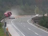 Samochód osobowy spycha cysternę z 20-metrowego wiaduktu